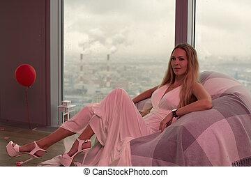 mulher bonita, jovem, cabelo longo, loura, vestido branco, evento