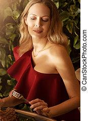 mulher bonita, jovem, cabelo longo, loura, vestido, evento, vermelho