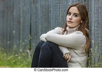 mulher bonita, jovem, cabelo, pensativo, vermelho