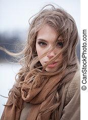 mulher bonita, jovem, cabelo, ventoso, soprando, ao ar livre, dia