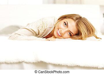 mulher bonita, jovem, cama, lar, mentindo