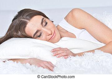 mulher bonita, jovem, cama, macio, mentindo