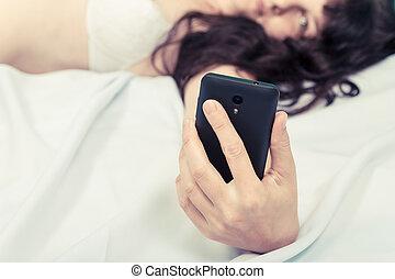 mulher bonita, jovem, cama, olhar, telefone, langerie, mentindo, branca, esperto
