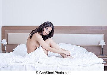 mulher bonita, jovem, cama, sentando