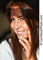 mulher bonita, jovem, closeup, estúdio, sorrindo