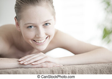 mulher bonita, jovem, closeup, mentindo, tabela, massagem