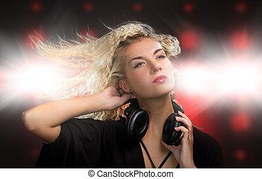mulher bonita, jovem, danceteria, fones