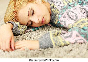 mulher bonita, jovem, dormir, lar, tapete