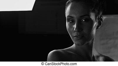 mulher bonita, jovem, escuro, estúdio, closeup