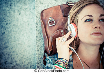 mulher bonita, jovem, escutar música, hipster, loiro