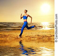 mulher bonita, jovem, executando, praia ocaso