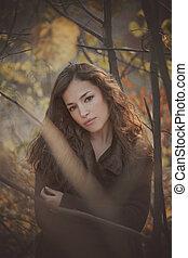 mulher bonita, jovem, floresta outono, retrato