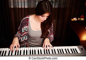 mulher bonita, jovem, lar, jogar piano