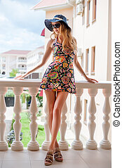 mulher bonita, jovem, longo, esbelto, pernas