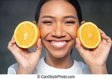 mulher bonita, jovem, metades, laranja, retrato, sorrindo
