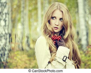 mulher bonita, jovem, outono, moda, floresta, retrato