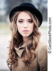 mulher bonita, jovem, pretas, ao ar livre, chapéu