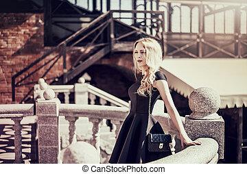 mulher bonita, jovem, pretas, loura, vestido