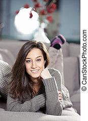 mulher bonita, jovem, sofá, retrato, mentindo