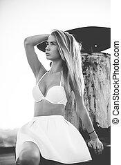 mulher bonita, jovem, swimsuit, ao ar livre, branca, saia