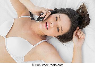 mulher bonita, jovem, telefone, langerie, usando