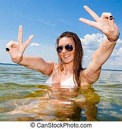 """mulher bonita, lake/, jovem, enquanto, """"v"""", biquíni, sea., letra, divertimento, menina, natação, tendo, mostra"""