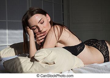 mulher bonita, langerie, mentindo, cama