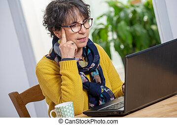 mulher bonita, laptop, morena, maduras, lar retrato
