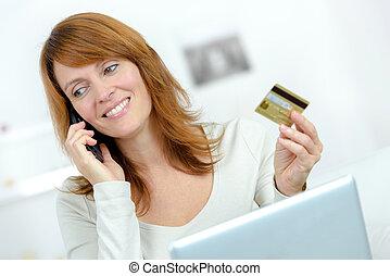 mulher bonita, laptop, sofá, cartão crédito
