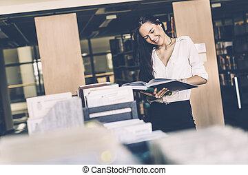 mulher bonita, leitura, livros, em, um, biblioteca