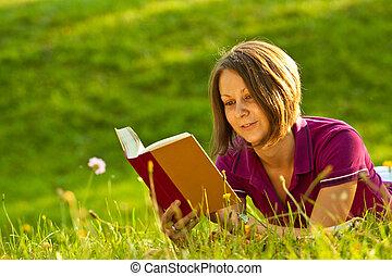 mulher bonita, lendo um livro, parque