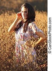 mulher bonita, ligado, um, campo, em, verão