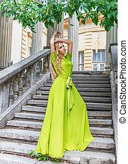 mulher bonita, longo, verde, ao ar livre, vestido