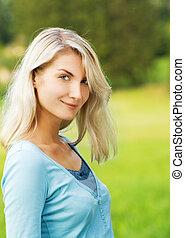 mulher bonita, loura, ao ar livre