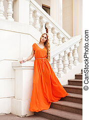 mulher bonita, loura, ao ar livre, laranja, vestido
