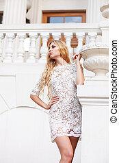 mulher bonita, loura, ao ar livre, vestido branco