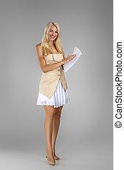 mulher bonita, loura, documentos, folhas, segurando, vestido