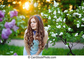 mulher bonita, luxuriante, jardim