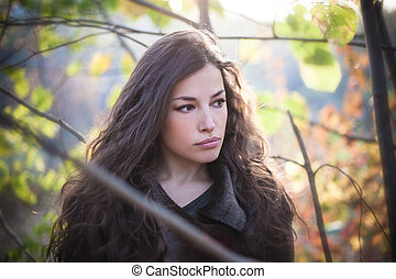 mulher bonita, luz natural, jovem, floresta outono, retrato