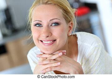 mulher bonita, mão, queixo, loura, retrato