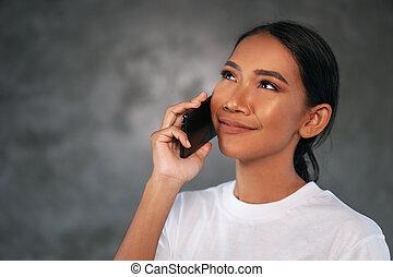 mulher bonita, móvel, jovem, telefone, retrato, sorrindo