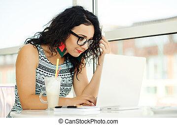 mulher bonita, móvel, laptop, jovem, falando, telefone., usando