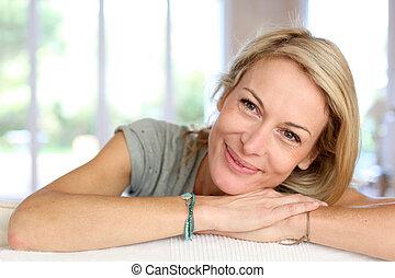 mulher bonita, maduras, relaxante, sofá, loura