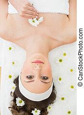 mulher bonita, mentindo, ligado, tabela massagem