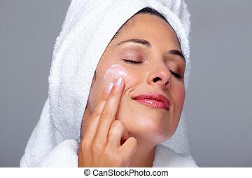 mulher bonita, moisturising, cream., rosto