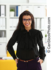 mulher bonita, morena, sorrindo, escritório
