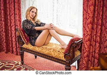 mulher bonita, muito, jovem, lounge, loiro, senta-se