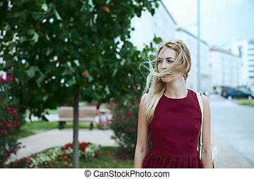 mulher bonita, na moda, jovem, cabelo longo, borgonha, loiro, vestido