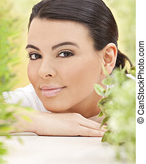 mulher bonita, natural, folhas, cercado, hispânico, conceito, verde, spa, sorrindo