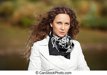 mulher bonita, natureza, contra, outono, fundo, branca
